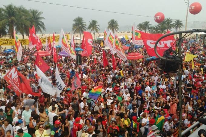 Ato em Copacabana pede eleições diretas e renúncia de Temer