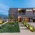 Fachada de casa contemporânea com pedra ferro, concreto aparente  e cor marrom!