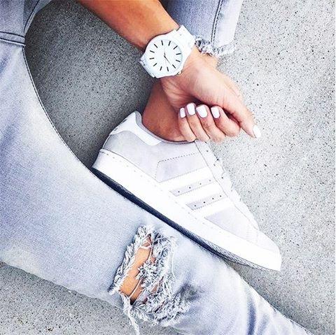 Неплохой look - Кеды Adidas и белые часики