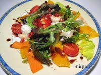 Ensalada mezclum de carpaccio de naranja vinagreta de tomate y aliño de chocolate