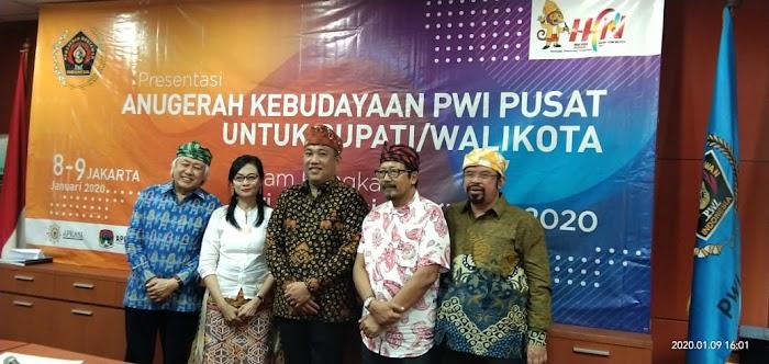 Dewan Juri Anugerah Kebudayaan PWI Pusat, terpesona setelah mendengarkan presentasi Bupati Tulang Bawang Barat (Tubaba) Lampung, H.Umar Ahmad, tentang Pembangunan berbasis Kebudayaan yang telah dilakukan dan sedang ditata