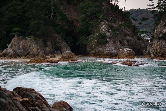 crique avec vue sur la plage et les rochers