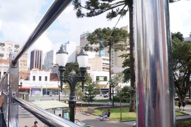 Vista da parte de cima do ônibus turístico - Praça Tiradentes (Curitiba, PR).