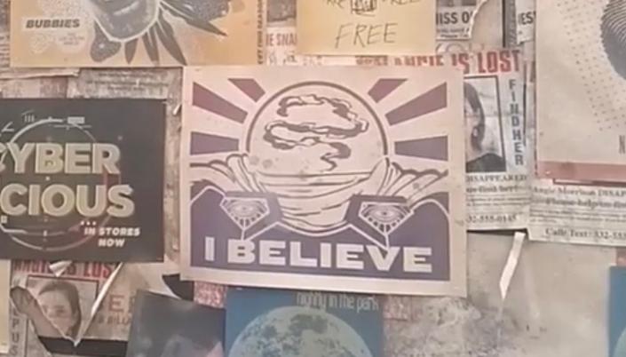 Imagem: um quadro de avisos cheio de panfletos, num deles uma ilustração do vilão Mysterio, que foi interpretado por Jake Gyllenhaall, com o texto escrito por baixo que diz: Eu acredito.