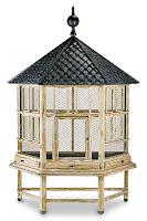 Çatılı, ayaklı ve telli olan büyük bir ahşap kuş kafesi