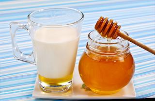 Leche con miel para mejorar la garganta y la tos