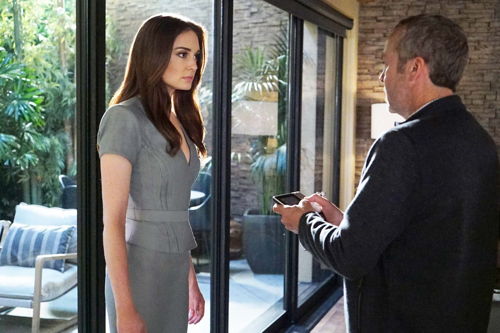 Mallory Jansen y John Hannah en Agents of SHIELD