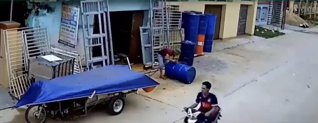 Số bác xe máy quá đỏ vừa đi qua chỗ thùng phi thì phát nổ !