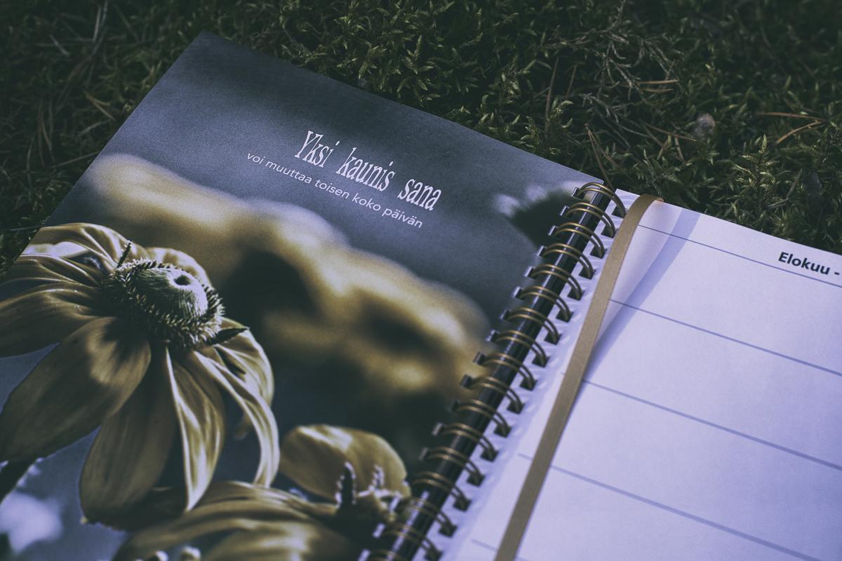 Hyvä Vuosi, kalenteri 2020, vuosikalenteri, almanakka, Frida Steiner, kuvakalenteri, valokuvaaja, calendar, kotimainen, suomessa tehty, suomalainen, avainlipputuote, valokuvakalenteri, päivyri, päiväkirja, mietelause, mietelausekalenteri, mietelaiseita, hyvä elämä, kasvu, itsetuntemus, bloggari, bloggaaja, valokuva,