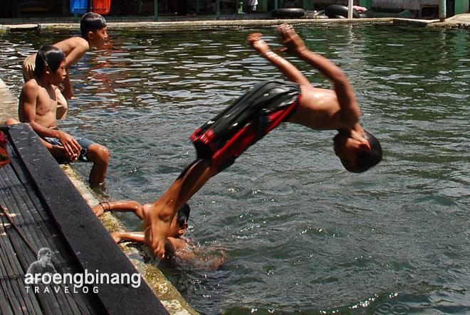 lompat ke kolam pemandian cikoromoy pandeglang banten