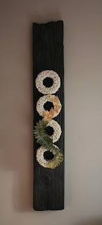 Cuadro de cerámica con círculos y hojas