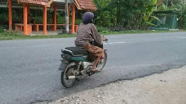 Dan motor tua ini merupakan kendaraan yang dinaiki dan selalu dikendarai oleh si nenek saat bepergian. Rupanya nenek ini seorang Bikers sejati, anak motor juga, atau mungkin yang lebih tepatnya 'Nenek Motor'!