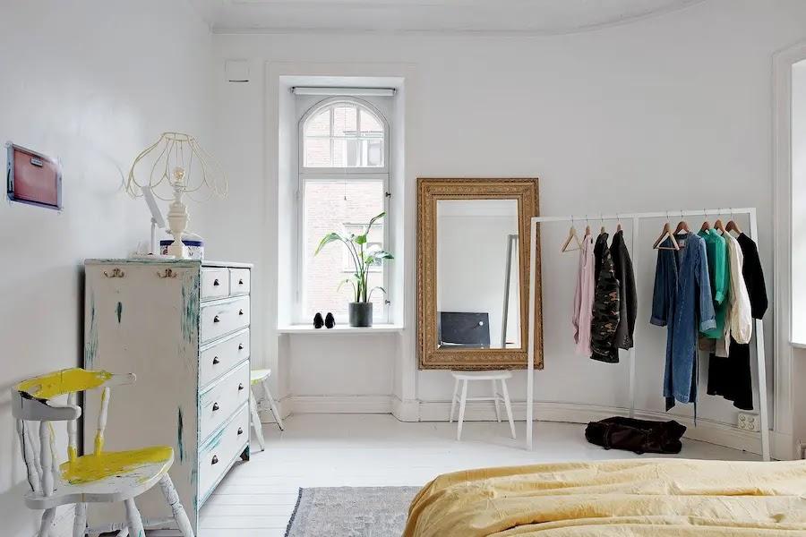 dormitorio con burro de ropa y muebles viejos pintados