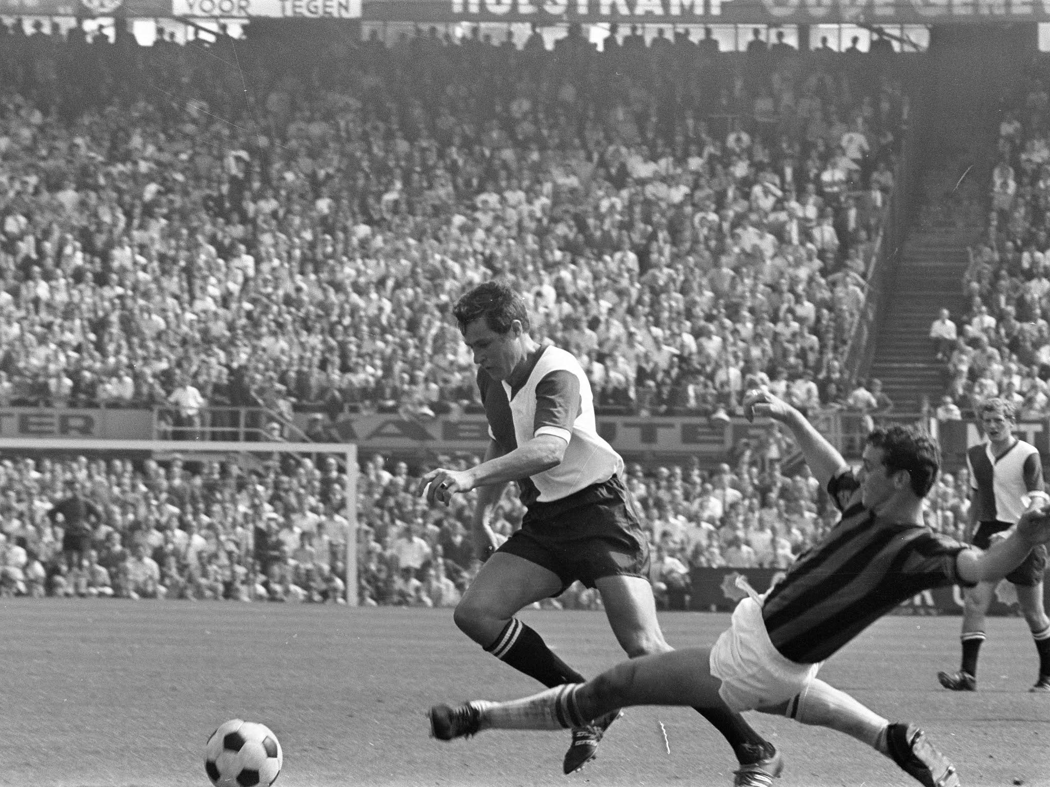 Rinus Israel (Feyenoord) in duel met Theo Cornwall (DWS)