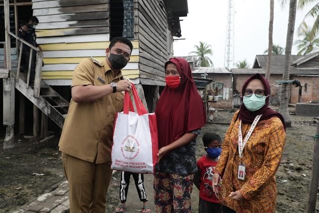 Wali Kota Medan Salurkan 700 Paket Sembako untuk Warga Kampung Nelayan