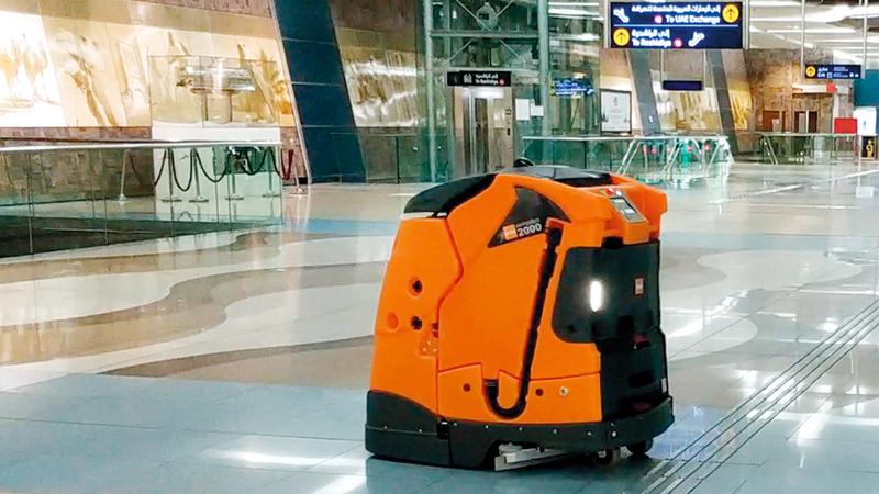 روبوت ذكي في محطات مترو دبي