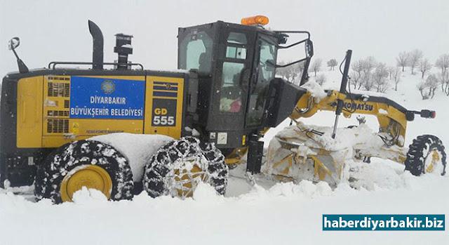 DİYARBAKIR-İki gün boyunca etkili olan kar yağışı nedeniyle kırsal alanda çalışmalarını sürdüren Diyarbakır Büyükşehir Belediyesinin, 13 ilçede 712 mahallenin, yer yer 2 metreyi bulan karla kapanan yolunu trafiğe açarak, 85 hastanın tedavi edilmek üzere hastanelere kaldırılması sağladığı bildirildi.