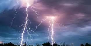 आकाश में विपरीत ऊर्जा के बादल हवा के साथ घूमते रहते हैं। वे एक-दूसरे से विपरीत दिशा में जाते हुए टकराते हैं। इससे उत्पन्न घर्षण से बिजली पैदा होती है और पृथ्वी पर गिरती है।  आकाश में कोई कंडक्टर नहीं होने के कारण, बिजली कंडक्टरों की तलाश में पृथ्वी तक पहुंचती है,