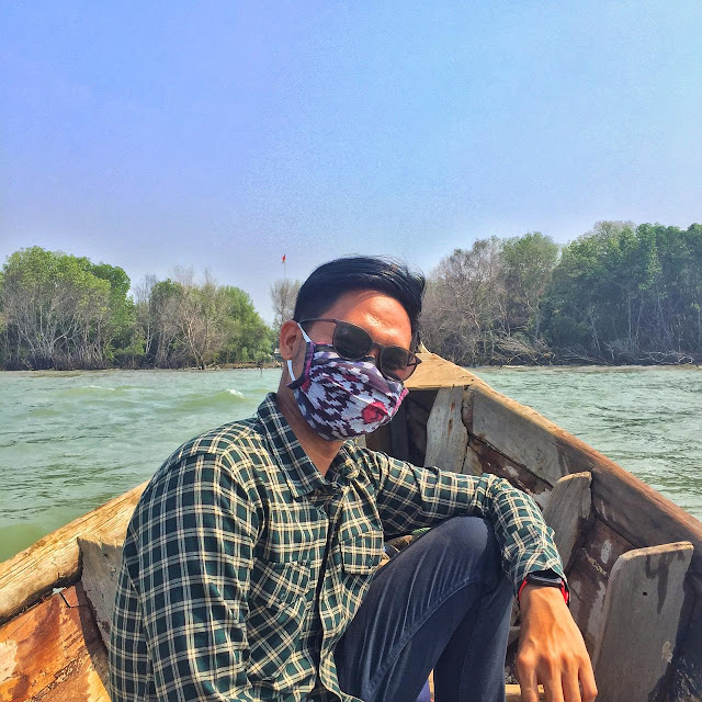 Pakai masker di Pantai Muara Beting