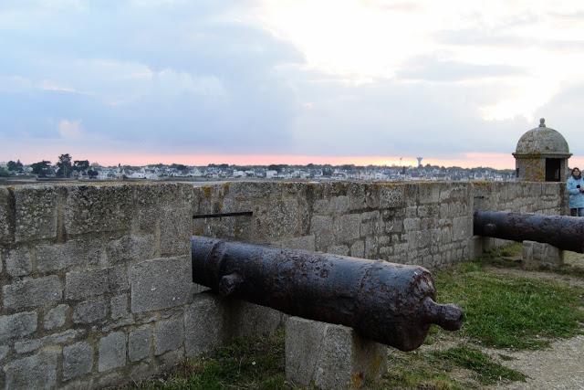 Photo des canons qui bordent la citadelle et font face à la mer