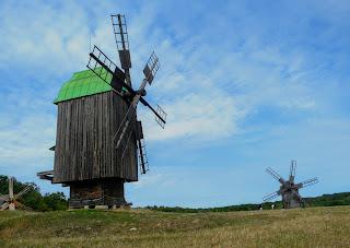 Пирогов. Музей народной архитектуры и быта. Выставка деревянных ветряков