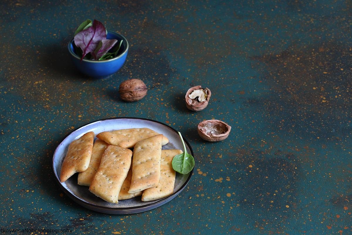 Crackers di farina di ceci con semi di sesamo e papavero