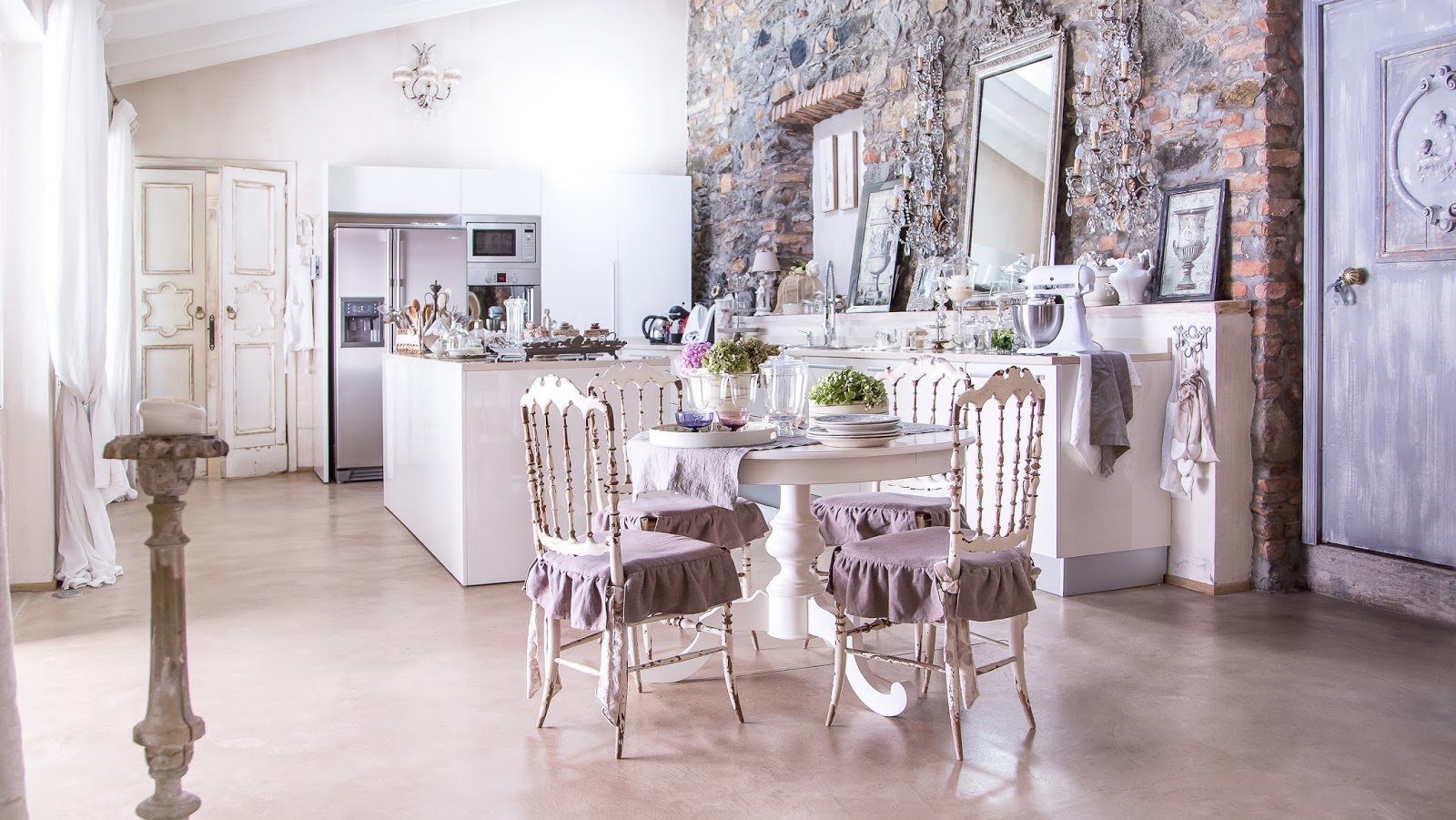 Una casa in stile provenzale shabby chic interiors for Lampadaire shabby