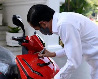 Demi Bantu Pekerja Seni yang Terdampak Covid-19, Motor Bertanda Tangan Jokowi Dilelang dalam Konser Berbagi Kasih Bersama Bimbo
