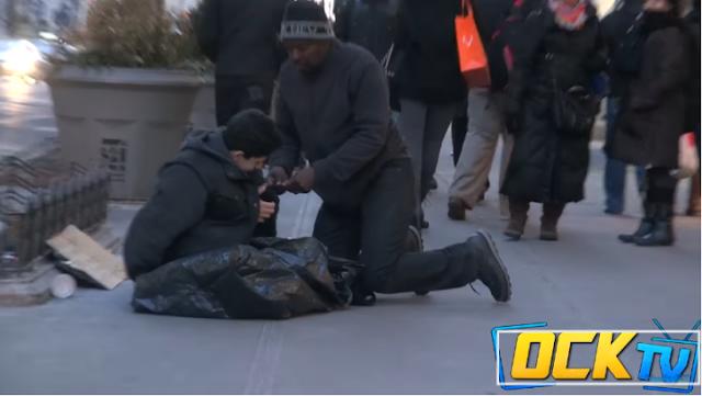 Niño se congelaba en NY solo un indigente lo ayuda