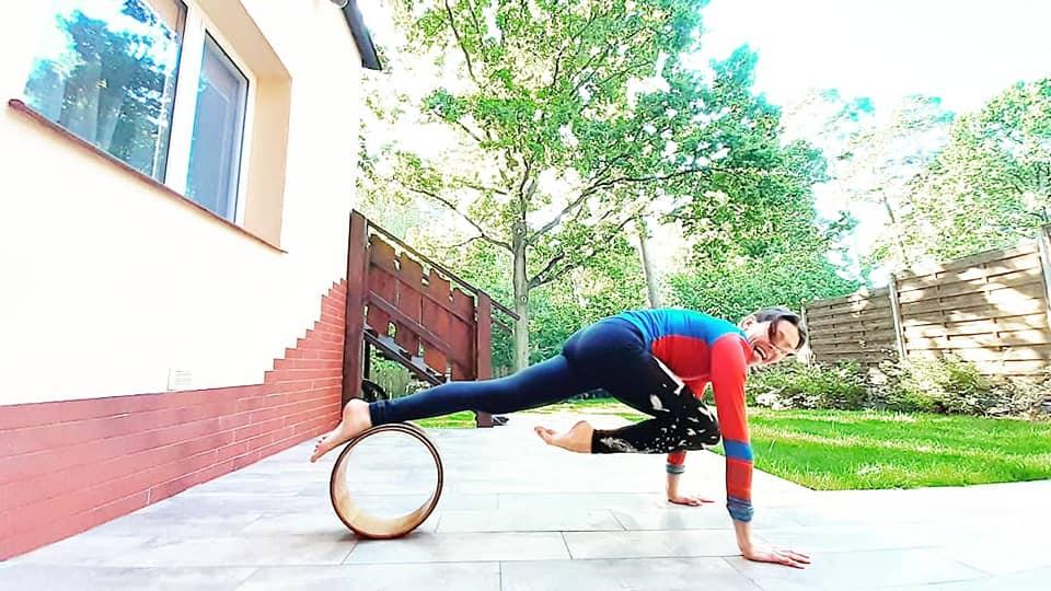 ALT - praktyka jogi online kurs z kółkiem do jogi