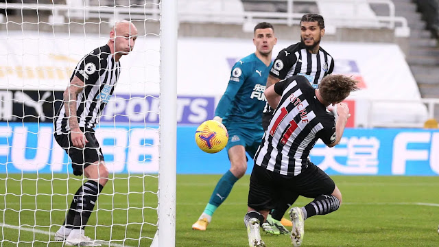 Jonjo Shelvey and Ritchie in action for Newcastle