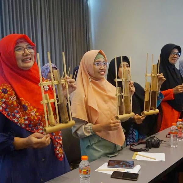 Susur Kampung Dolly Surabaya : Pendidik Pancasila Bermain Angklung Bersama Santri Pesantren Jauharotul Hikmah Putat Jaya