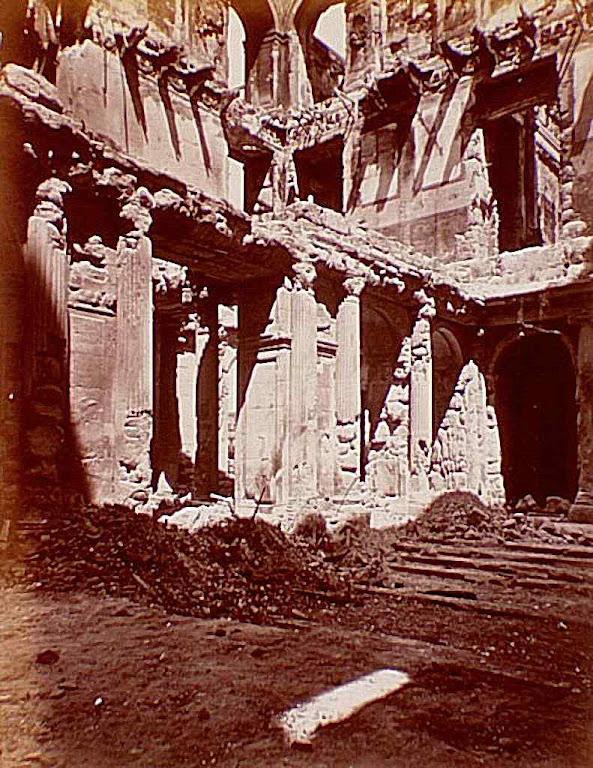 Palácio real das Tulherias incendiado pelos comunistas acabou sendo demolido