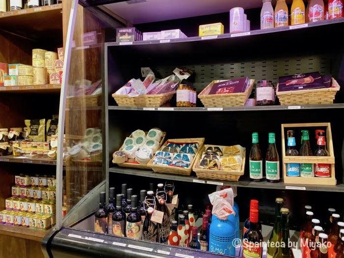マドリードの雑貨屋さんで見つけたスペイン産チーズや生ハムなどの食材コーナー