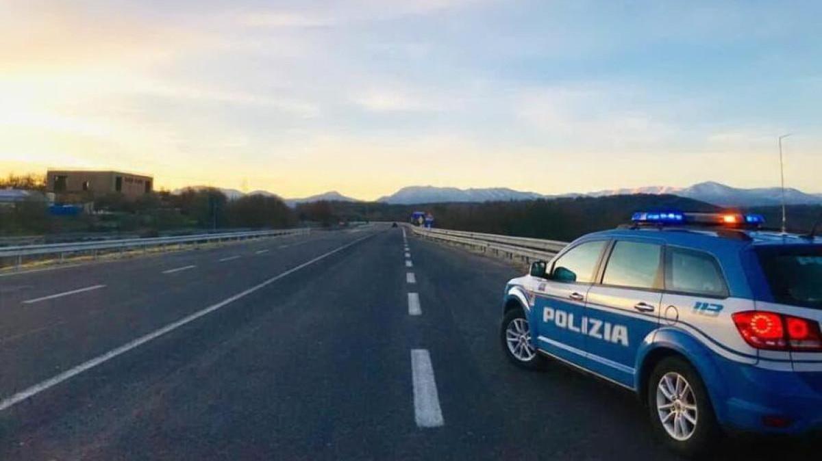 Polizia stradale ferma camionista