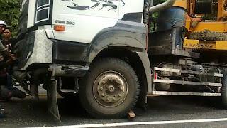 Mobil Pembawa Alat Berat Terperosok di Jalan Lintas Bengkulu-Kepahiang