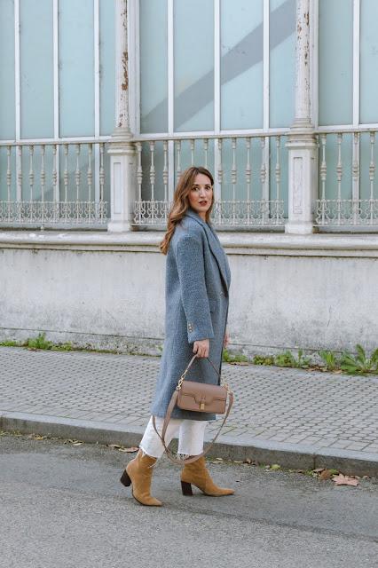 Fashion South con abrigo celeste de Zara y jeans blancos