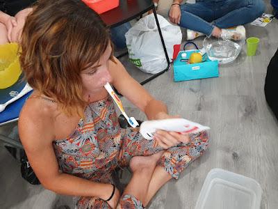 Alumna cepillándose los dientes