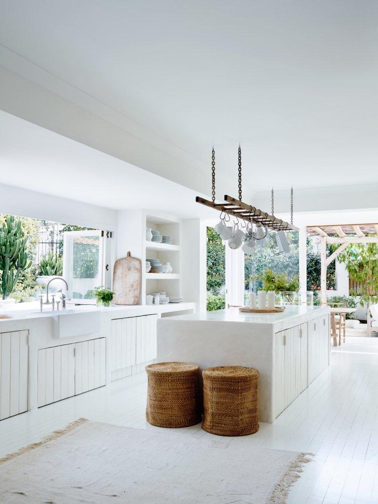 Cocina blanca, suelo de madera blanca y cestas