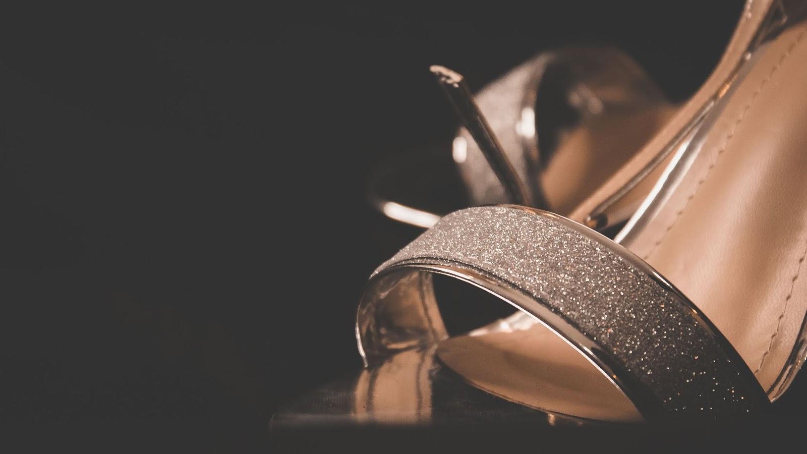 Sandali d'oro e d'argento: i consigli per indossarli