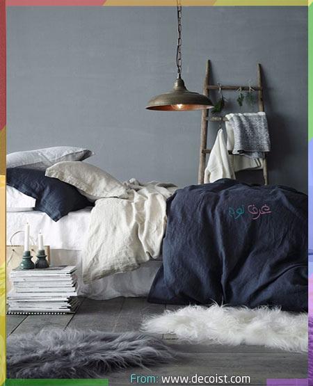 مفارش سرير النوم بالأزرق داخل غرف نوم رمادي