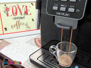 preparazione del caffè espresso Power Matic-ccino 6000 della Cecotec