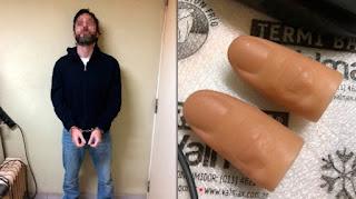 Se le secuestraron fundas de silicona con las que ocultaba sus huellas dactilares.