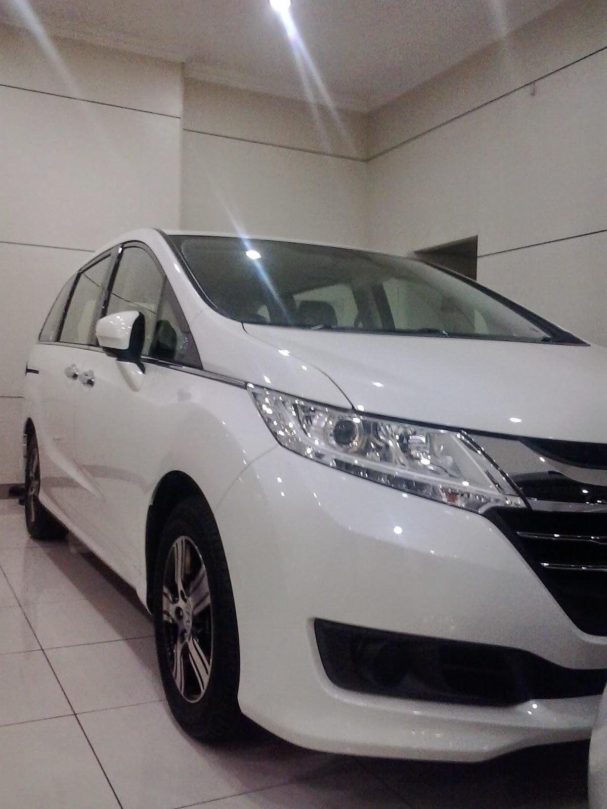 Mobil Honda Odyssey Berwarna Putih Di Dealer Mobil Honda Cikarang