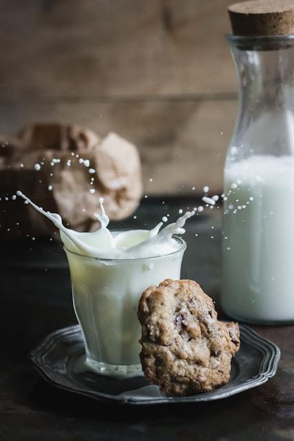 Splash de lait et cookies au chocolat et noix de pécan