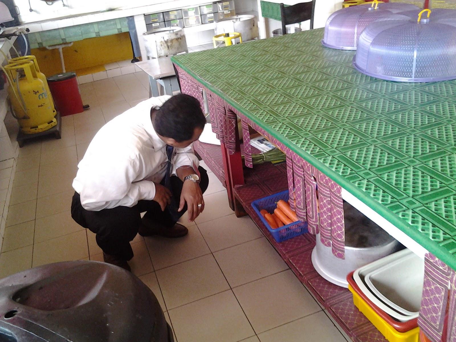Penjuri Memeriksan Bahagian Dapur Kantin
