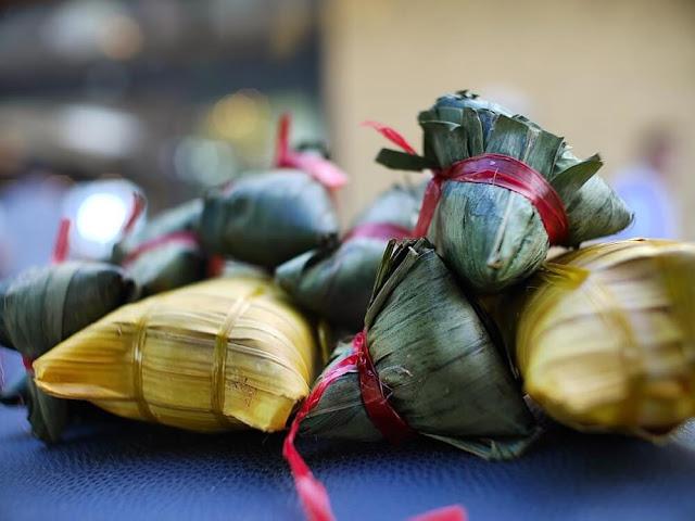 Bánh gói xong được cho vào nồi, đun bằng bếp củi hoặc gáo dừa. Việc nấu chín mất hơn một giờ đồng hồ. Chưa kịp mở nắp, chỉ cần đi qua nồi bánh đang nấu đã đủ ngửi được mùi thơm của lá dừa, của bếp và mùi nước cốt dừa.