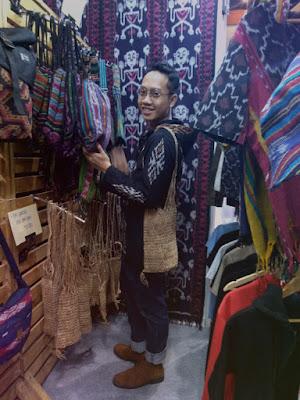 Blogger Eksis menggunakan produk lokal fashion dari tenun jepara