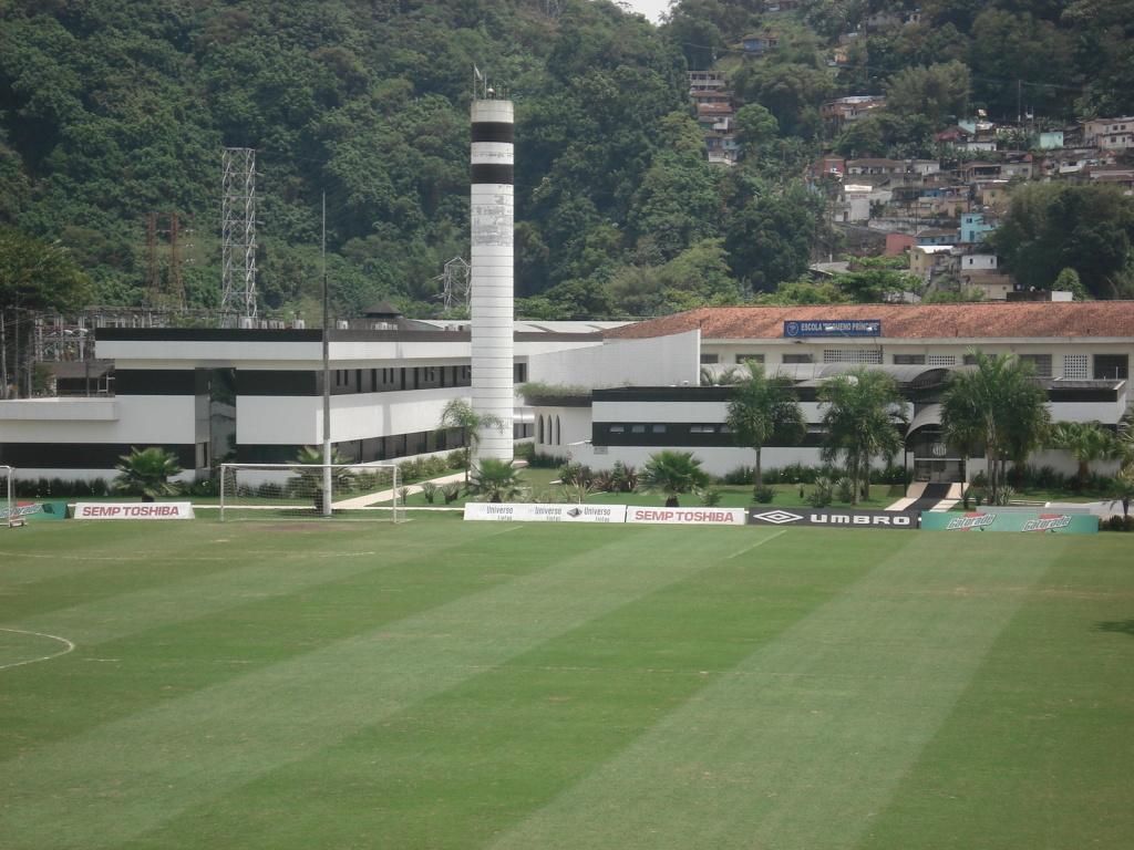 Vista parcial de um dos campos do CT Rei Pelé e fundos do Hotel Recanto dos  Alvinegros 4e631785ba855
