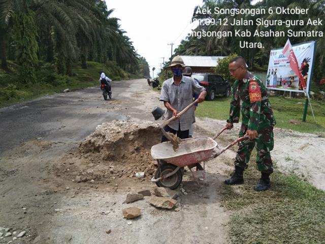 Peduli Akan Kondisi Jalan Berlubang, Personel Jajaran Kodim 0208/Asahan Bersama Warga Timbun Jalan Rusak